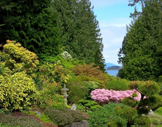 The Butchart Gardens: Butchard Gardens with peek at Pacific