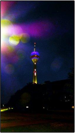 Rhine Tower (Rheinturm) : Башня ночью