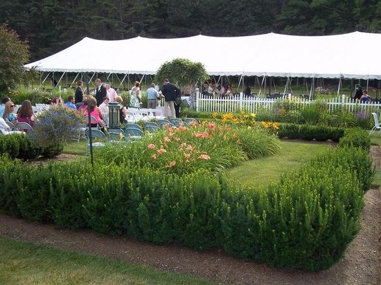 Greenwood Manor Inn: Garden with tent