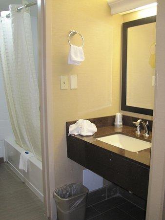 Best Western Summit Inn: Vanity area