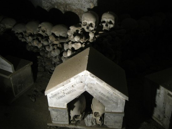 Cimitero delle Fontanelle: Some piles of bones in crypt