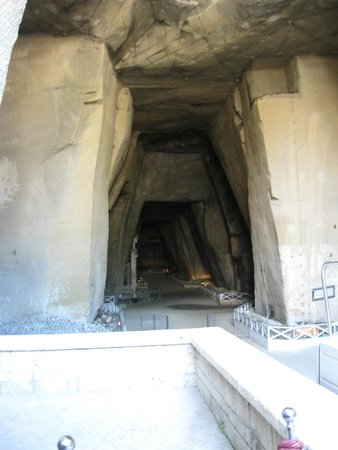 Cimitero delle Fontanelle: The entrance to the crypt