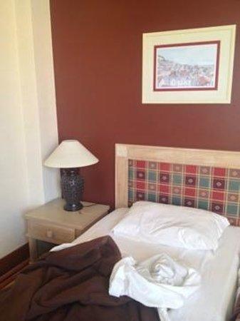 Hotel Mundial: Colcha, cabeceira e cor da parede do quarto feias