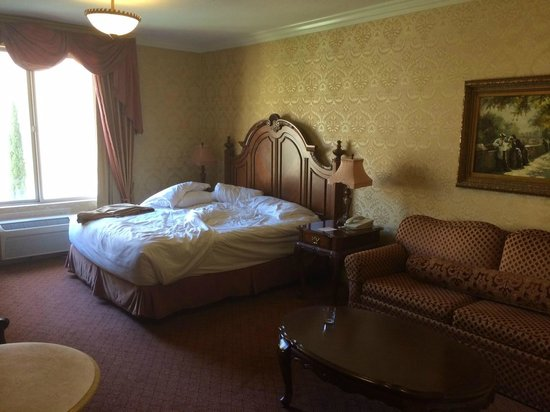 Ayres Hotel Manhattan Beach / Hawthorne: The second room I moved to (excuse unmade bed! I was checking out that day)