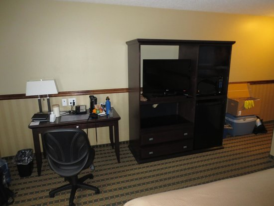 Best Western Diamond Inn : workstation, TV and drawers for clothes