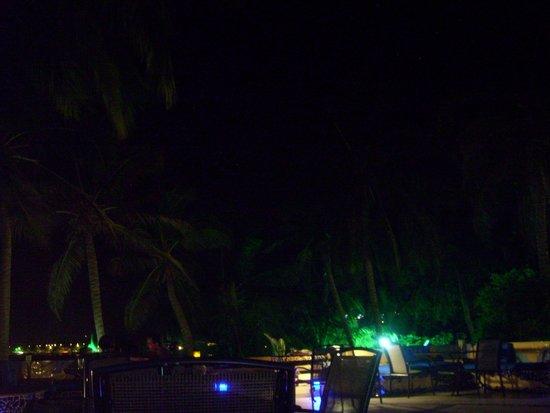 Cocoplum Beach Hotel: Vista al mar en la noche