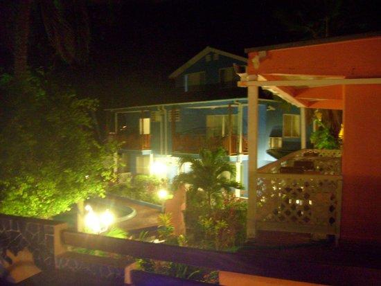 Cocoplum Beach Hotel: Vista desde el comedor del segundo piso hacia las habitaciones