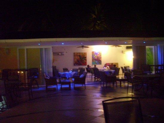 Cocoplum Beach Hotel: Vista del comedor del segundo piso