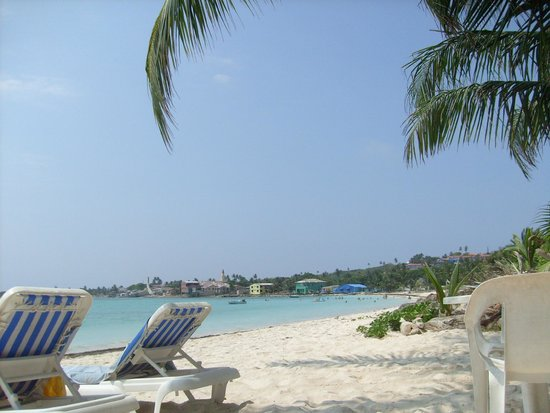 Cocoplum Beach Hotel: Zona de playa del hotel y vista al mar desde la hamaca