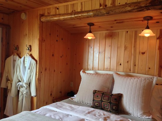 Sea Rock Inn: Cottage 3 - nice bed, knotty pine, robes, and soft lighting