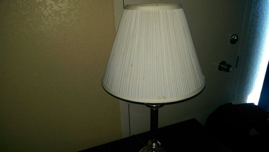 Lincoln Inn Hotel & Suites: Stains on the lamp shade
