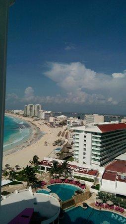 Krystal Grand Punta Cancun: Beach view again