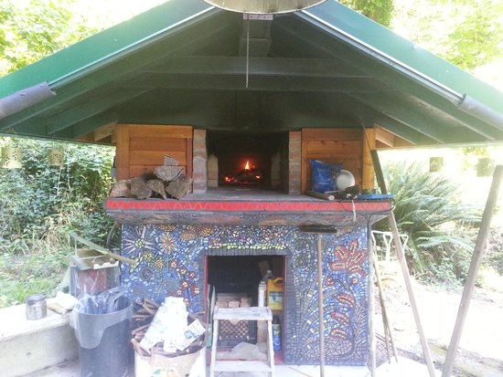 No Cabbages Bed & Breakfast: Dal & Jamee's handcrafted wood-fire pizza oven!!!
