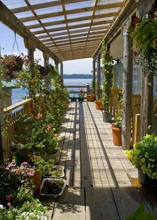 The Seine Boat Inn : Walkway to the ocean facing rear rooms.
