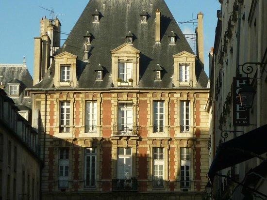 Entrada a la place des Vosges.