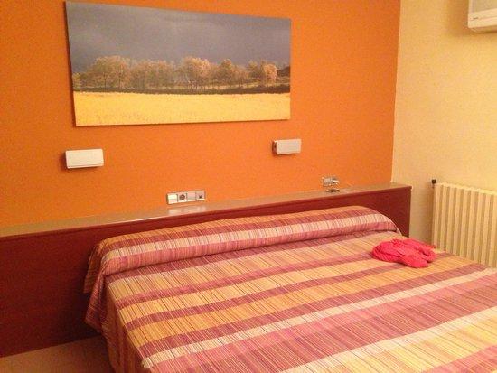 Hotel Terradets: Habitación del hotel: cama y armarios grandes