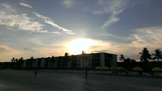 Sundial Beach Resort & Spa: The best picture I could take of sundown from front door.