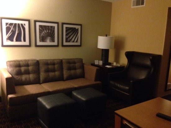 Embassy Suites by Hilton LAX North : Seating area in the double double room