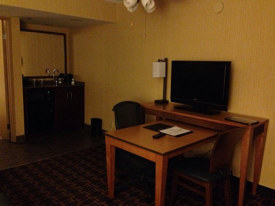Embassy Suites by Hilton LAX North : Working area in the room