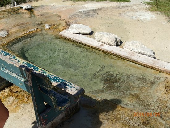 Natural Springs Spa: The upper bath - Look for the bench.