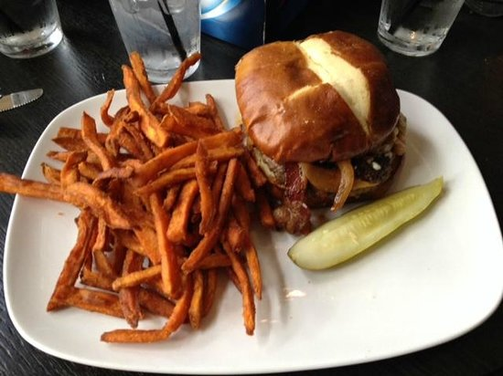 Elmhurst, IL: Pints Go Blue Burger w/Sweet Potato Fries