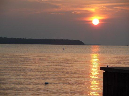 Pine Grove Resort: Sunset on Beach