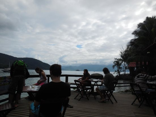 Che Lagarto Hostel Ilha Grande : View from the deck, outside of the lobby, where breakfast and dinner are served