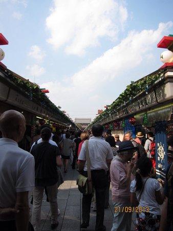 Asakusa Shrine: The crowd walking toward the temple