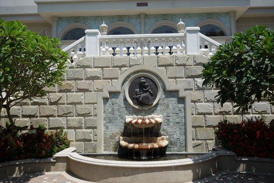 Hualien FarGlory Hotel: 南翼盡頭的水池