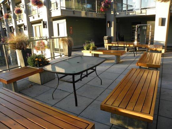 Accent Inn Victoria: 2nd floor courtyard