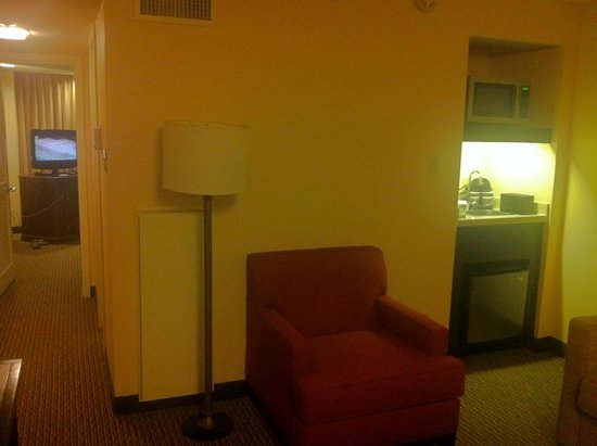 Embassy Suites by Hilton Tysons Corner: facing kitchenette