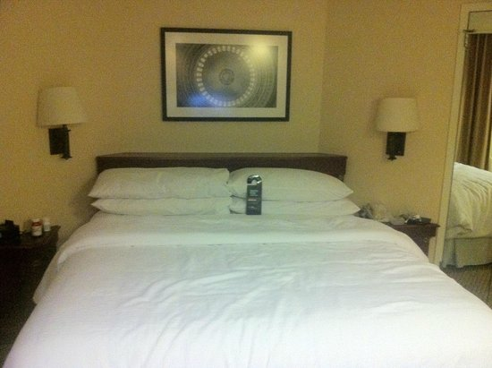 Embassy Suites by Hilton Tysons Corner: comfy bed