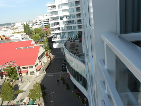 Pinnacle Hotel At The Pier : View from balcony to the street