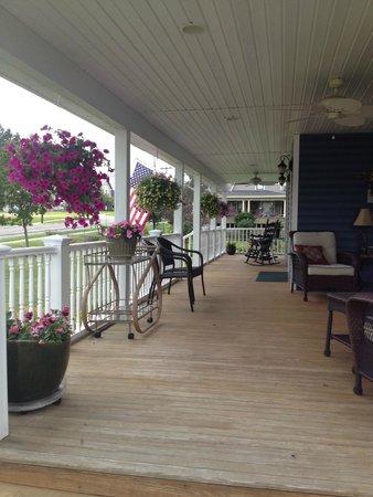 Sherman's Inn on Main: Front Porch