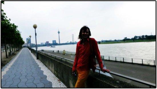 Rheinuferpromenade: Небережная реки Райн (Рейн) перед дождём.