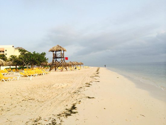 Iberostar Rose Hall Beach Hotel: view walking along the beach