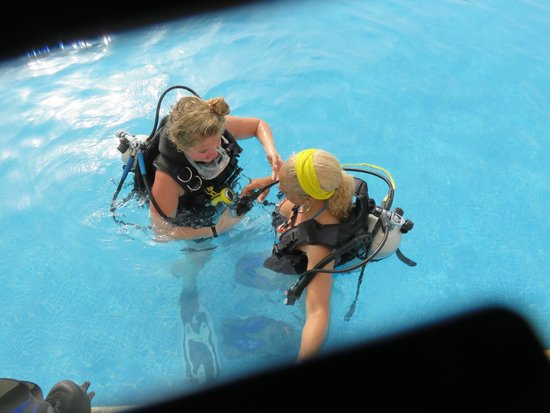 Iberostar Rose Hall Beach Hotel: scuba lesson in the pool