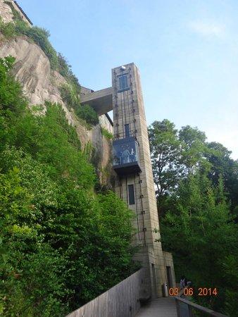 Rhine Falls : O elevador que economiza os joelhos nas escadarias