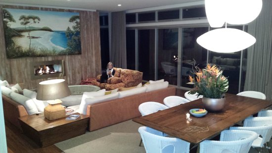 Bannisters by the sea: Lounge Dinning Area