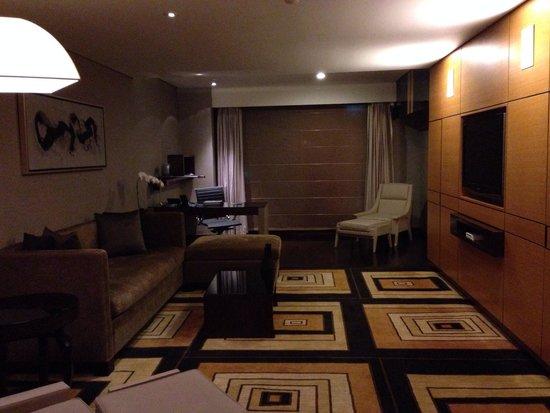 Hilton Beijing Wangfujing: Living room at premier suite