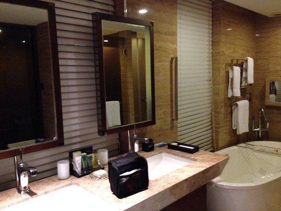 Hilton Beijing Wangfujing : Bathroom at premier suite