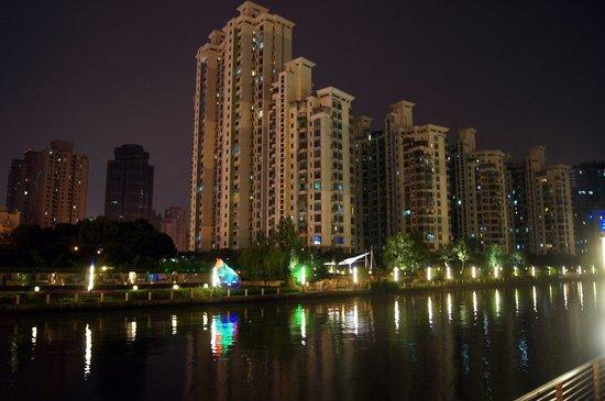 Holiday Inn Express Putuo Shanghai : Набережная ночью