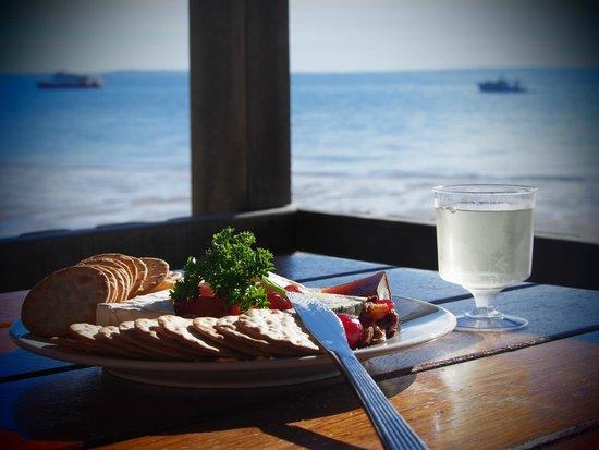 Kingfisher Bay Resort : Jetty Hut cheese plate