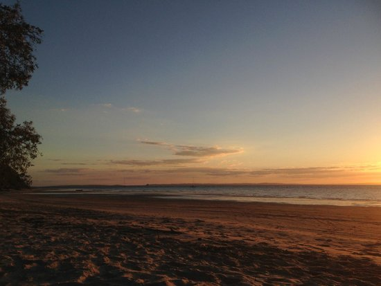 Kingfisher Bay Resort: sunset in front of the resort