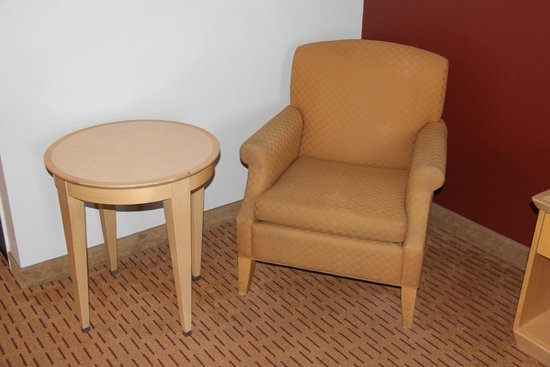 Clackamas Inn & Suites: Sitting chair,no reading light