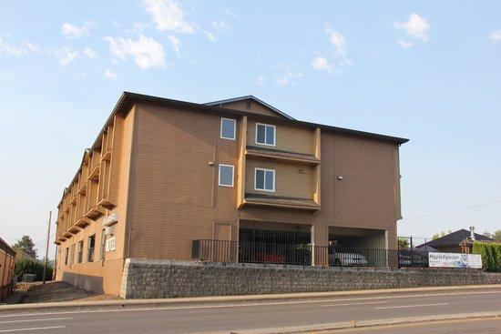Clackamas Inn & Suites: north face, toward road