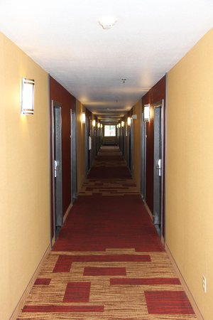 Clackamas Inn & Suites: hallway to guest rooms