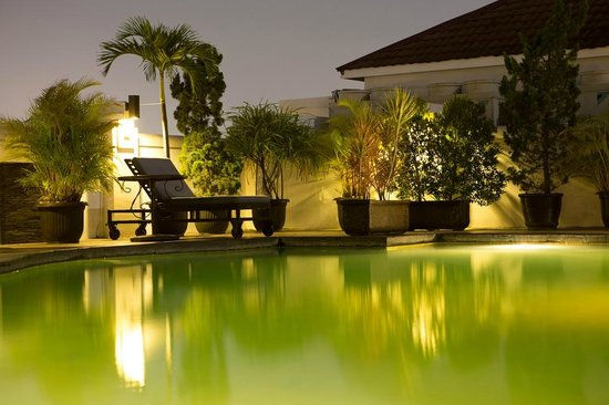 Arion Swiss-Belhotel Bandung: Pool in the evening