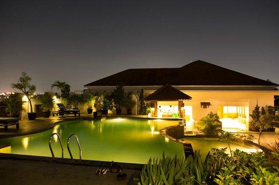 Arion Swiss-Belhotel Bandung : Pool overview