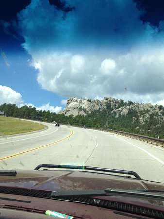 Mount Rushmore National Memorial: Driving up to the monument